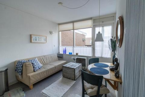 Knus appartement met terras aan winkelstraat. 200 stappen van Zee, Strand & Duinen